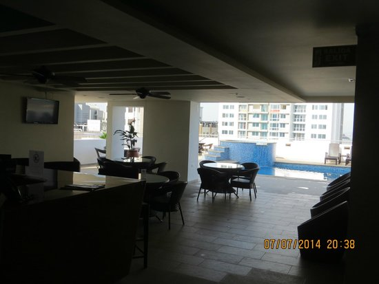 Tryp by Wyndham Panama Centro: roof top bar, seating area near pool