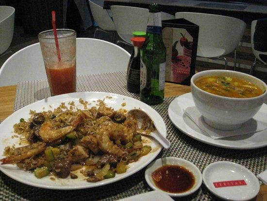 Teriyaki Sushi Bar Zona T: arroz mixto,sopa de pescado muy deliciosa