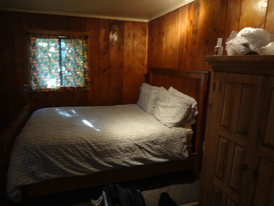 BRB Crystal River Resort: bed in cabin