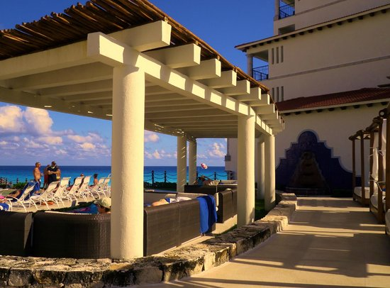 Grand Park Royal Cancun Caribe: Pool cabanas.