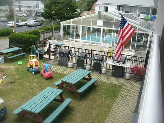 Crest Motel : Pool, BBQ and play area