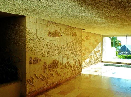 Grand Park Royal Cancun Caribe: Indoor hallway.
