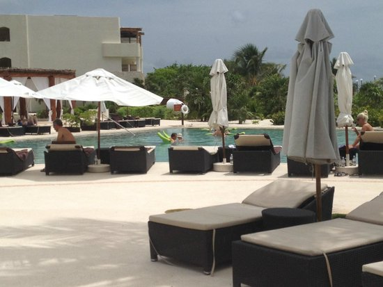 Secrets Maroma Beach Riviera Cancun : poolside