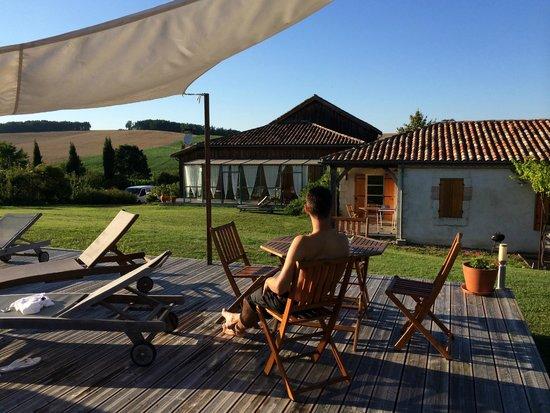 Saint Leon, France: Apéritif en terrasse au bord de la piscine