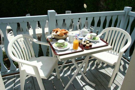 Hotel de La Cote Fleurie : Petit déjeuner en terrasse
