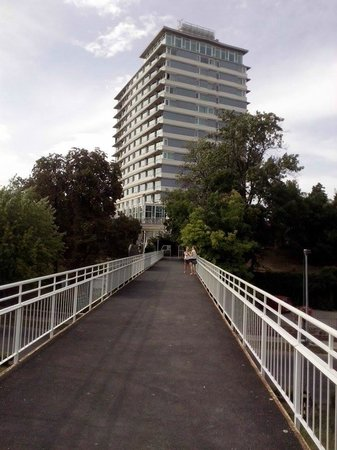 Hunguest Hotel Bal Resort: hotel a sínek felől