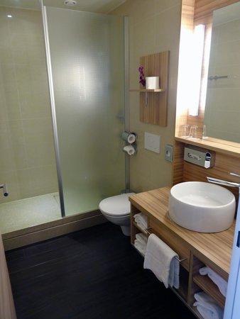 Star Inn Hotel Salzburg Gablerbrau: Badrum i dubbelrum