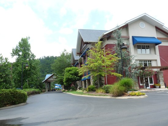 Fairfield Inn & Suites Gatlinburg North: Hotel parking lot view