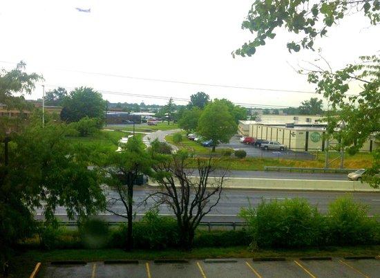 Wyndham Indianapolis West : вид из номера на хайвэй.