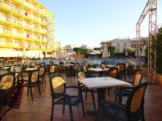 Roc Leo Hotel: Tavoli all'aperto