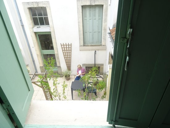 Carcassonne Guesthouse: view from our bedroom on to the courtyard