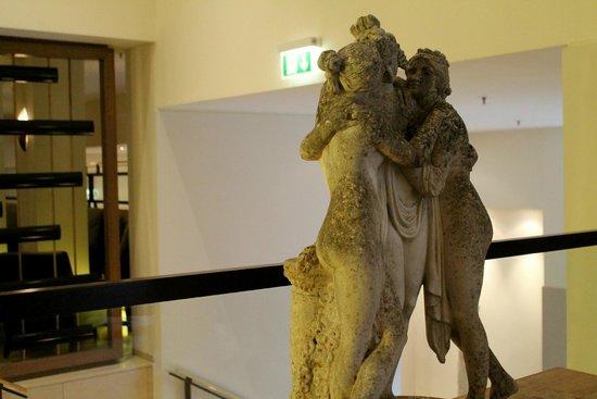 Villa Kennedy: Statues