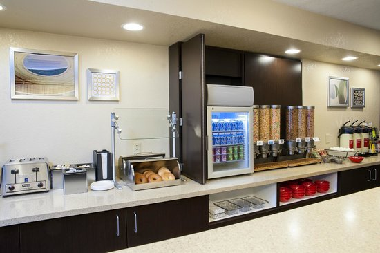 TownePlace Suites Indianapolis Keystone: Complimentary Breakfast