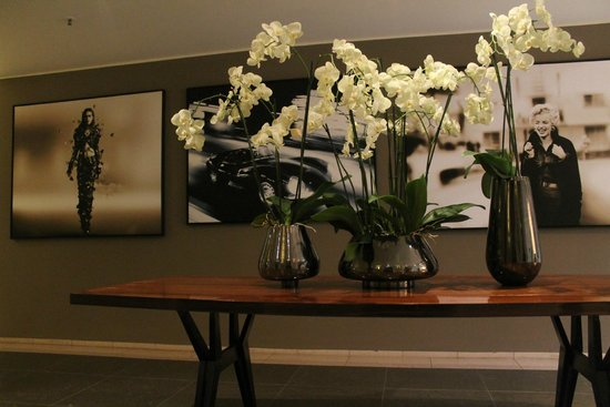 Villa Kennedy: art & flowers by the elevator
