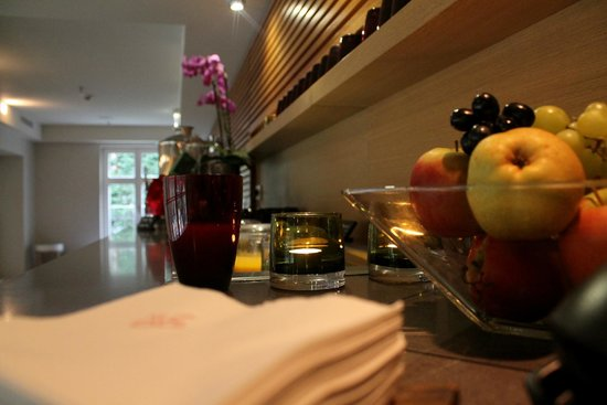 Villa Kennedy: Selection of fresh juices and fruits in relaxation room