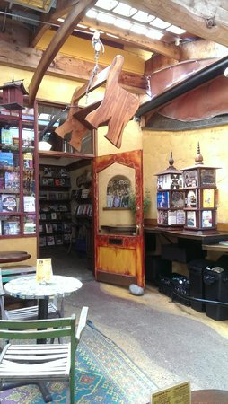Morningside Organic Bakery Cafe & Bookstore: Beautiful entryway & book display.