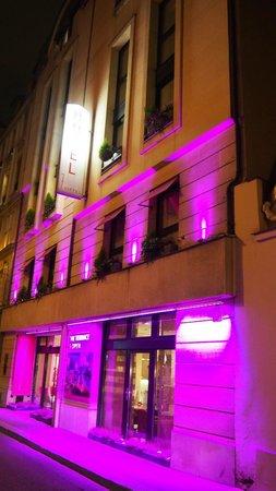 Hotel 7 Eiffel: Hotel Exterior at Night