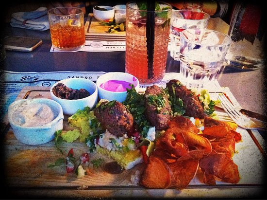 Sandro Kallio: Koftas on corn bread with mixed salad, root fruit chips and delicious dips. Enjoyed with beautif