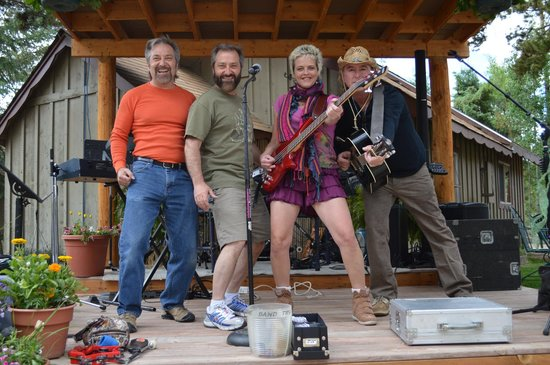 Daven Haven Lodge & Cabins: The Acme Band