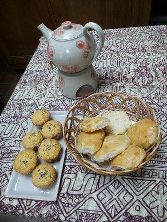 Agnes Delrue B&B: Muffins à la lavande, petits pains maison et thé bio