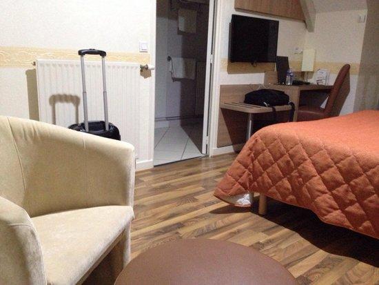 Chambre tres propre avec bureau tres pratique pour manger ou