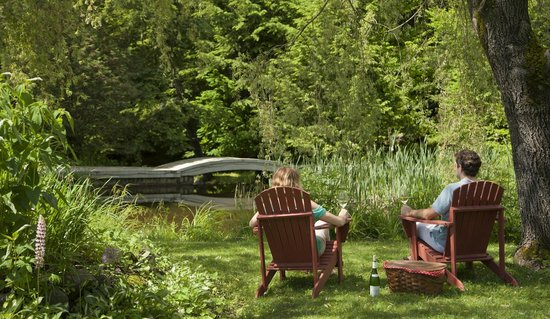 Friends Lake Inn: Relax by the pond