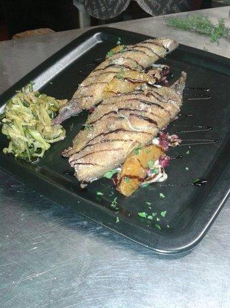 Da Sandrina : Filetti di sgombro con julienne di zucchine e insalatina croccante di verdure di stagione