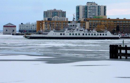 Holiday Inn Kingston - Waterfront: отель на фоне парома и башни