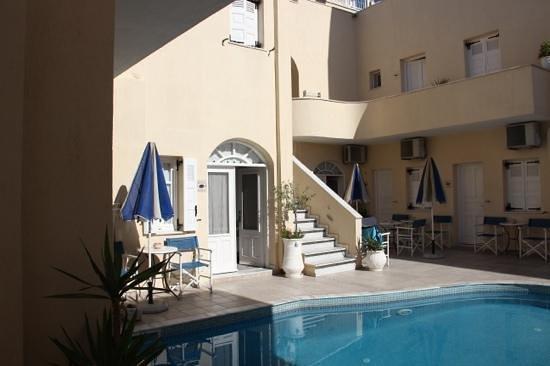 Reverie Santorini Hotel: stanze standard attorno alla piscina