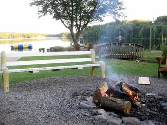 Silver Lake Cottage Resort: Enjoy nightly campfires