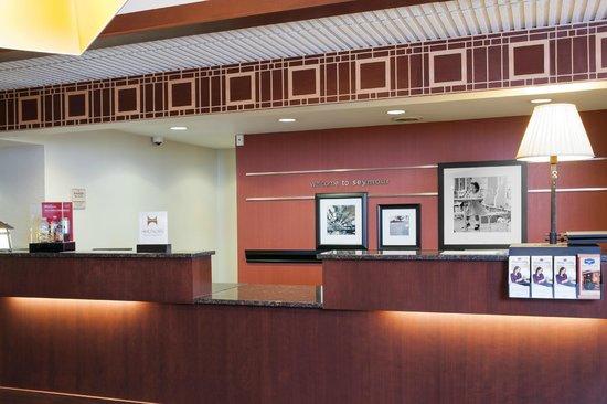 Hampton Inn Seymour: Front Desk
