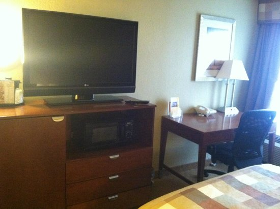 La Quinta Inn & Suites Canton: T.V. & Desk Area