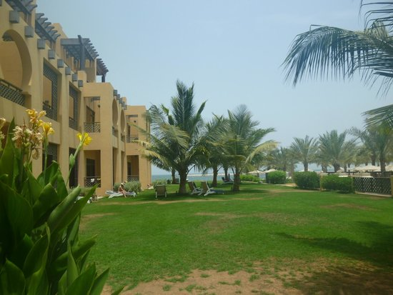 Hilton Ras Al Khaimah Resort & Spa : Otoczenie budynku głónego.