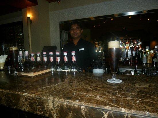 Hilton Ras Al Khaimah Resort & Spa : bar z dobrymi drinkami i wieczorem zabawy.