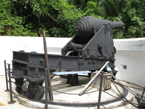 Fort Siloso: Muzzle-loading cannon.