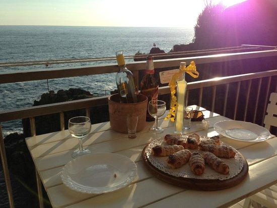 La Scogliera: Lovely cannoli and limoncello on the balcony