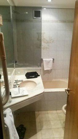Conte Hotel: El gran baño. Usted tendrá que meterse a la tina antes de poder cerrar la puerta.