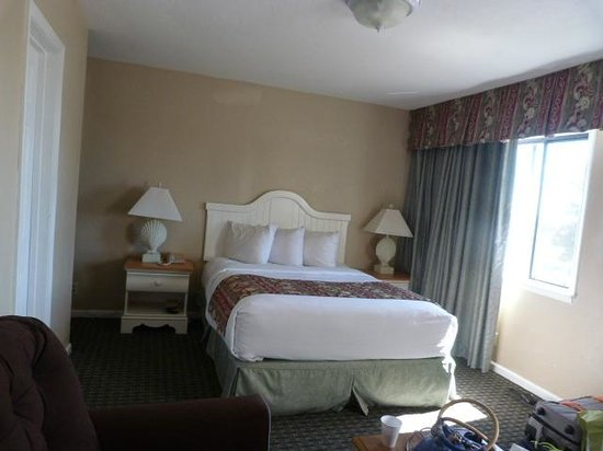 Pacific Shores Inn: Comfy bed and linens