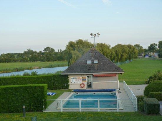 Kyriad Deauville - Saint Arnoult : Vue sur piscine et rivière