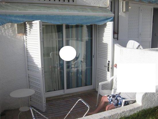 Apartamentos Soldoiro : A nossa varanda/entrada e unica janela do quarto