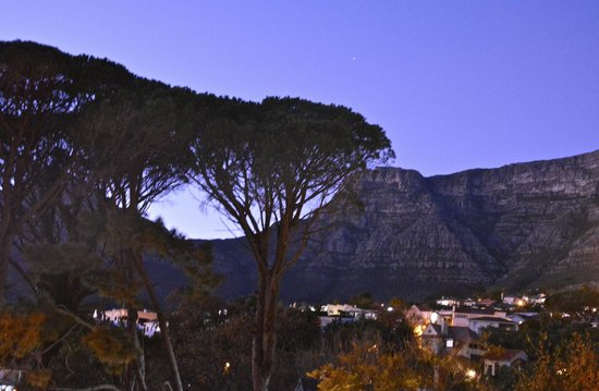 Kensington Place: View of Table Mtn at dawn from room balcony