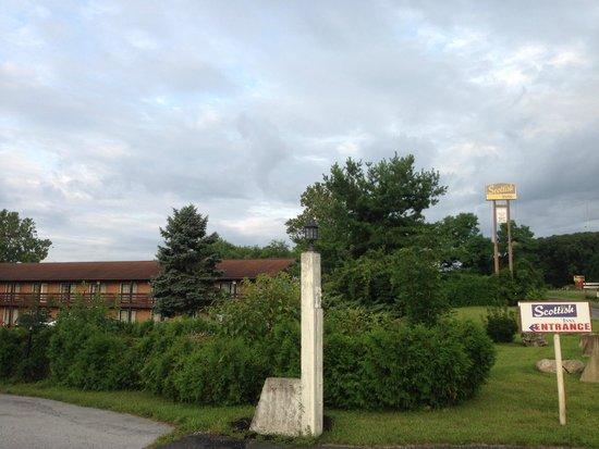 Seasons Inn & Suites: The entrance