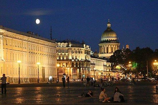 Place du Palais (Dvortsovaya Ploshchad): Июльская ночь на Дворцовой. Вид на Исаакиевский собор.