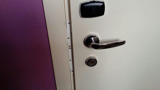 PLUS Berlin : Repairs in the doors