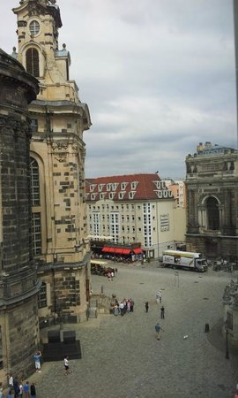 Hotel Suitess zu Dresden: Down to the square (right) - leads to a great street of eateries, terrace and river