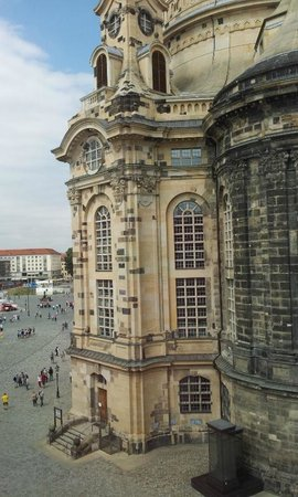 Hotel Suitess zu Dresden: Down to the square (left) - lots of eateries and quality buskers