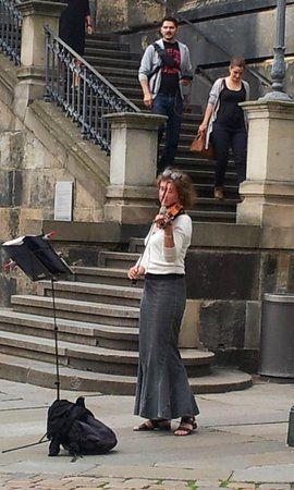 Hotel Suitess zu Dresden: Classical violinist playing below the terrace near the river and where we were having dinner
