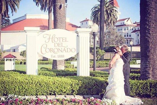 Hotel del Coronado : Back yard signage
