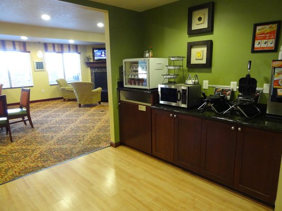 TownePlace Suites Boise West/Meridian: Breakfast, right