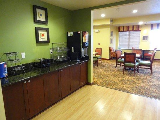TownePlace Suites Boise West/Meridian: Breakfast, left